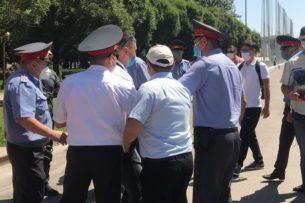 В Бишкеке милиция задержала  участников митинга за отмену выборов-2020