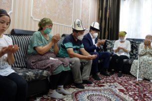 Сооронбай Жээнбеков навестил семью Адинай Мырзабековой и прочитал поминальную молитву