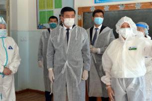 Сооронбай Жээнбеков посетил дневной стационар в Бишкеке