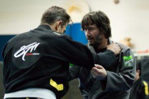 Киану Ривз тренируется как профессиональный боец. Ради ролей он изучал кунг-фу, дзюдо и джиу-джитсу