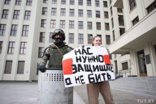 «Милиция с народом», скандировали в Минске. Силовики опускали щиты и обнимались