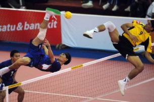 Тайские акробатические этюды с мячом опровергают законы физики