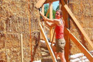 Семья стала строить дом из соломы и собрала насмешки от соседей. Но через год люди вокруг тоже захотели соломенные дома