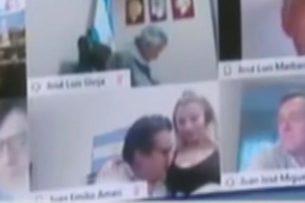 На большом экране в парламенте Аргентины демонстрировали сексуальную сцену. Депутат не знал, что он онлайн