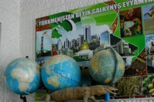 Туркменистан: Власти опровергают закрытие «русских» классов, а родители ищут репетиторов