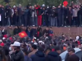 На центральной площади Бишкека произошли стычки между участниками различных митингов