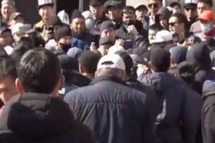 Митинг против Сооронбая Жээнбекова проходит рядом с госрезиденцией президента