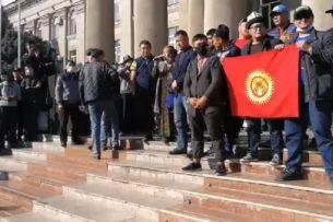 В Бишкеке продолжается митинг в поддержку Садыра Жапарова и с требованием отставки Сооронбая Жээнбекова.