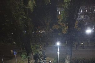 Митингующие в Бишкеке оттеснили силовиков внутрь Белого дома