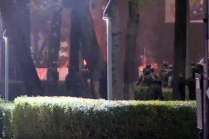 Продолжаются стычки в центре Бишкека между силовиками и митингующими