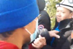 На митинге в защиту Алмазбека Атамбаева около Верховного суда сторонник Садыра Жапарова спровоцировал драку