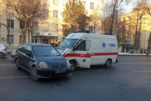 В Бишкеке карета скорой помощи столкнулась с минивэном