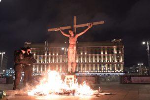 У здания ФСБ активиста «подожгли» на кресте в образе Христа