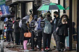 Богатые нью-йоркцы покупают места в очереди за тестами на коронавирус