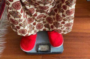 В Узбекистане медсестер заставляют ходить по домам и измерять вес людей