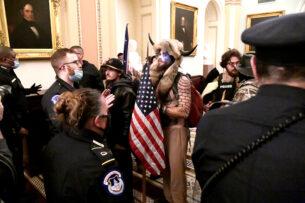 Штурмовавший Капитолий «викинг» попросил Трампа о помиловании