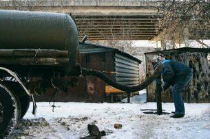 Mercedes облили нечистотами в Казахстане. Хозяйка спорила с ассенизаторами
