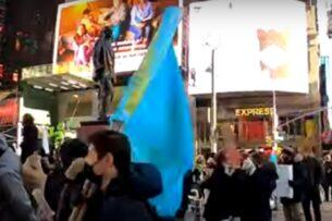 Флаги Казахстана увидели на митингах в Нью-Йорке в поддержку Навального