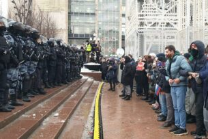 Акция в поддержку Алексея Навального: ОМОН с  дубинками, в силовиков летели снежки