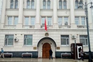 Женщина обвинила в избиении охранников посольства Кыргызстана в Москве