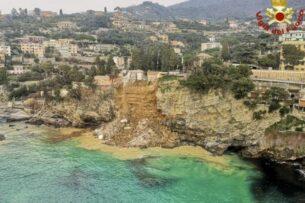 В Италии сотни гробов обрушились в море из-за оползня