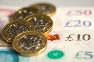 Полиция разыскивает неизвестного, отправляющего людям деньги
