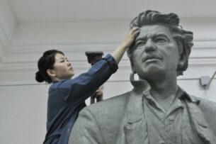 Скульптор из Кыргызстана покорила казахстанцев своим памятником Чингизу Айтматову. Ее просят создать Абая