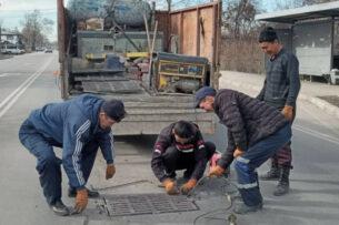 «Бишкекасфальтсервис» оперативно закрывает все открытые люки по городу. На многих улицах повторно