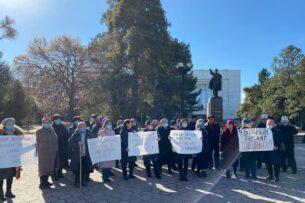 В Бишкеке состоялся пикет с требованием отпустить под домашний арест задержанную по делу Абдиля Сегизбаева