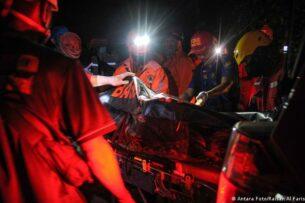 В Индонезии школьный автобус сорвался в пропасть. Погибли более 27 человек