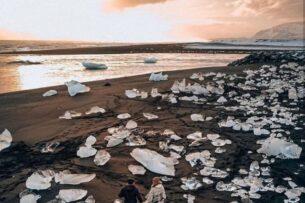 В Исландии на берег выносит огромные «бриллианты» (фото)