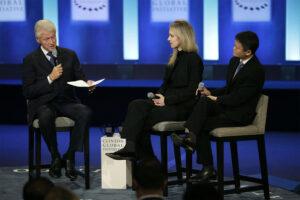 Бывший президент Билл Клинтон на встрече с основательницей Theranos Элизабет Холмс и председателем Alibaba Group Джеком Ма, 2015 год