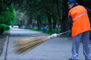 Дворникам Бишкека повысили зарплату