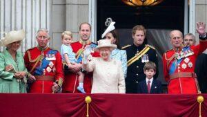 Члены королевской семьи во время парада в 2015 году. Через несколько лет принц Эндрю (крайний справа), принц Филипп (в красном мундире справа) и принц Гарри (в черном мундире) перестанут исполнять обязанности старших членов королевской семьи