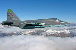 Экипажи российских Су-25СМ отработали приемы сложного пилотажа на горном полигоне в Кыргызстане
