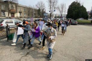 В Оше прошел марш в защиту прав женщин