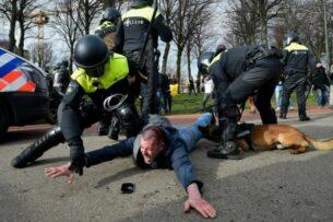 Полиция Нидерландов применила водомет и разогнала протест против карантина