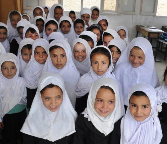 В Афганистане школьницам старше 12 лет запретили петь перед мужчинами