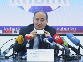 Министр здравоохранения Кыргызстана заявил, что депутат Жанар Акаев мстит ему