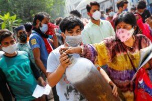 В Индии умерших от коронавируса сжигают на парковках