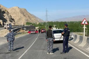 В Лейлекском районе продуктов хватит только на 2 дня. Таджикские военные перекрыли дорогу