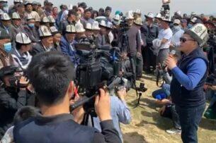 Камчыбек Ташиев проводит встречу с жителями села близ Кемпир-Абадского водохоранилища