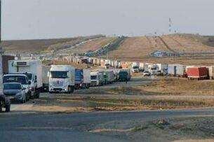 На границе России с Казахстаном образовалась пробка из грузовиков