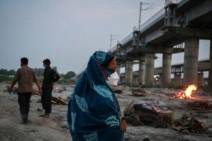 В индийской реке Ганг обнаружено около 150 тел умерших, предположительно от коронавируса