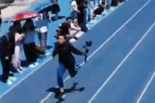 Оператор с камерой обогнал спортсменов на стометровке. Он стал героем соцсетей