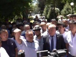 «Все скоро сгорит на полях»: В Бишкеке проходит митинг фермеров из-за нехватки поливной воды