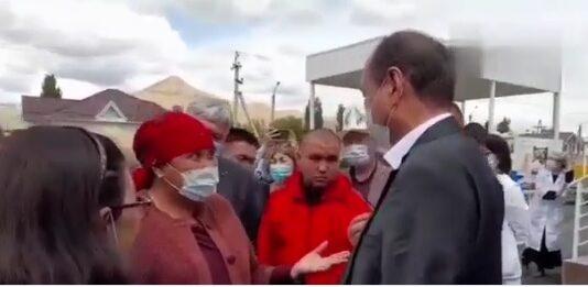 «Только ради фото приехал?»: Жительница Нарынской области отчитала министра здравоохранения