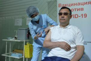 Садыр Жапаров и его сын получили прививку от коронавируса (фото)