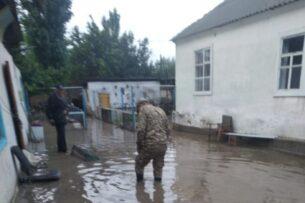 Обильные дожди в Иссык-Кульской области вызвали селевые потоки. Перекрыты дороги, пострадали дома (видео)