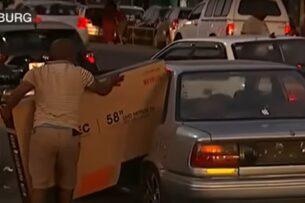 Мародер, который пытался поместить в авто слишком большой телевизор, стал «героем» Сети